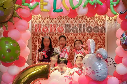 3.用气球编制出的相框,让他们一起合影,开心十足.