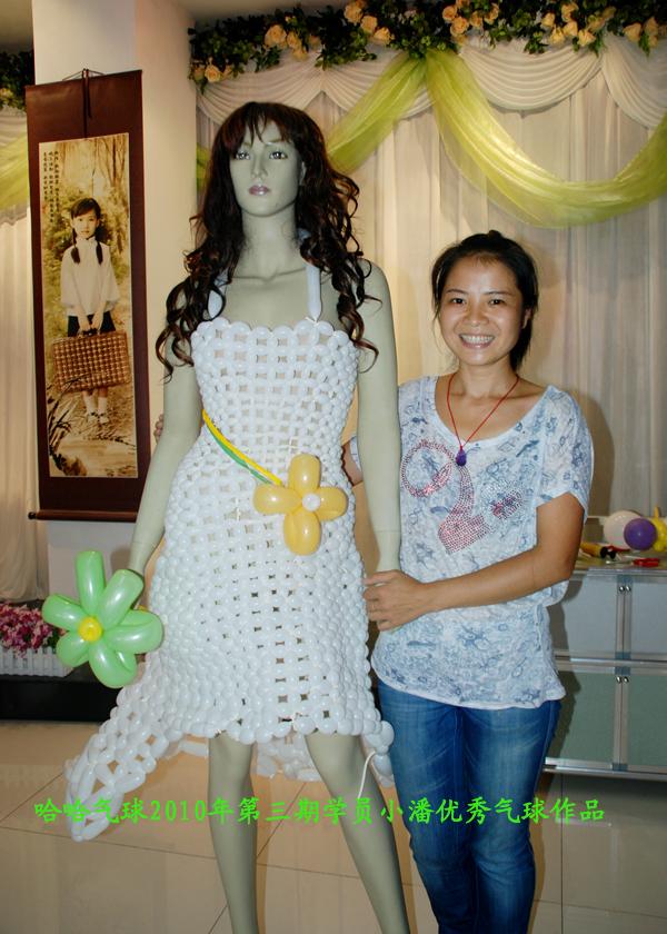 学会气球编制技术回家,自己独立完成她首次气球服装制作.
